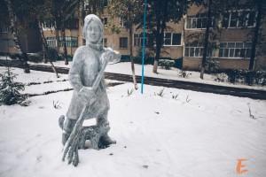 Скульптура дворничихи с котом